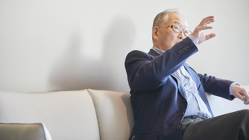 インタビューを受ける村上憲郎氏の写真