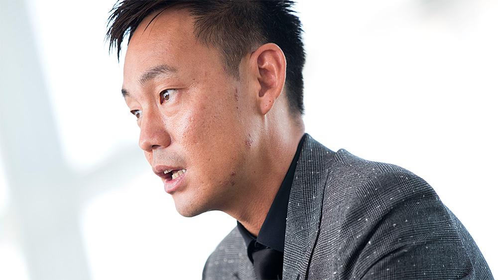 インタビューを受ける坪井大輔氏の写真